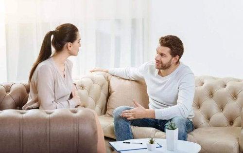 couple qui discute des mécanismes de défense