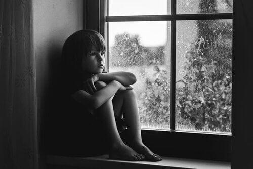 enfant triste manquant de socialisation