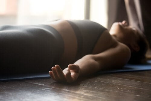 femme allongée faisant du mindfulness