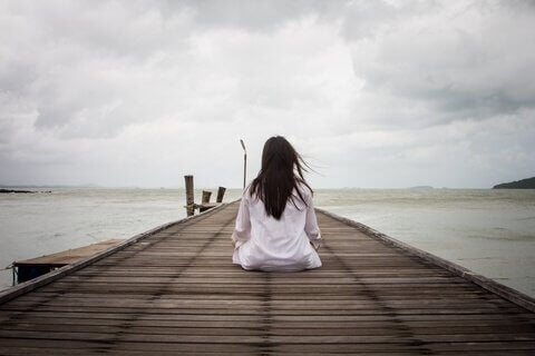 femme assise faisant preuve de patience cognitive