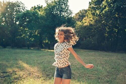 femme n'ayant pas peur d'être heureuse