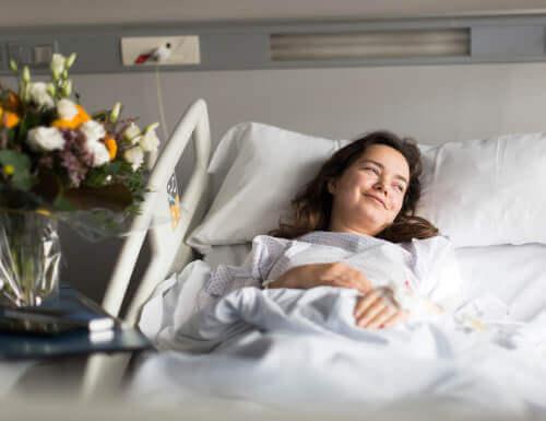 femme malade avec une attitude positive