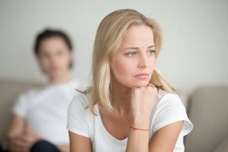 femme préoccupée par l'erreur de voyance