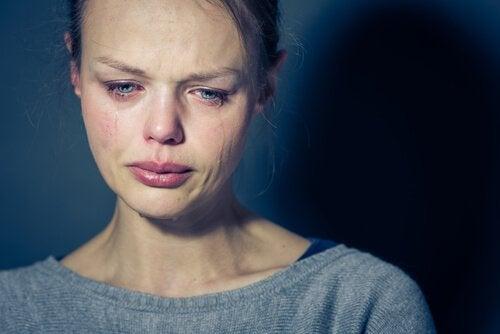 femme ayant perdu l'équilibre psychologique