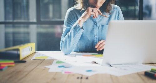 femme qui travaille et qui sait gérer son temps pour être plus productive