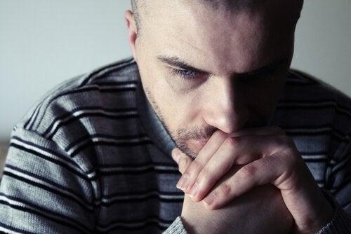 homme triste lorsqu'il pense à ses conflits de couple
