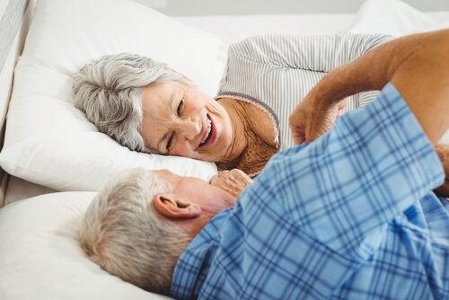 personnes âgées au lit ayant du désir sexuel