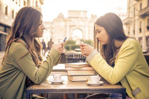 amies manquant d'écoute consciente