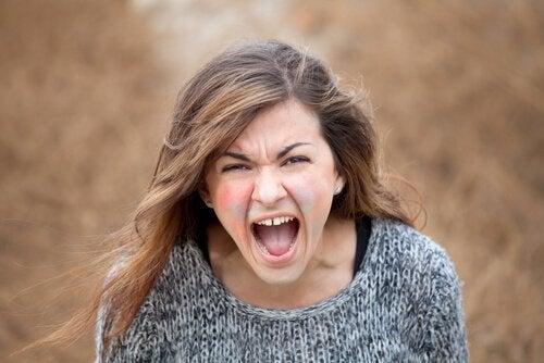 explosions de rage : femme en colère