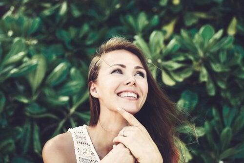 Une femme heureuse à l'esprit calme