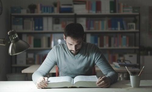 homme étudiant : apprentissage autorégulé