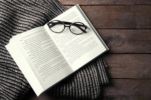 Un livre ouvert et une paire de lunettes