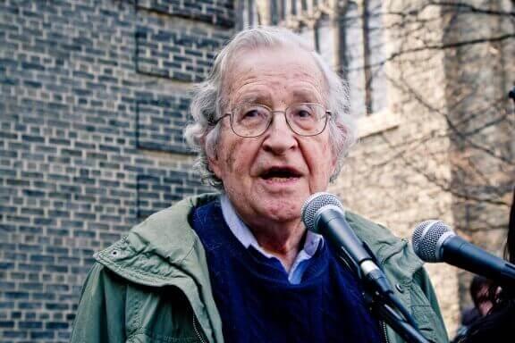 Noam Chomsky : biographie d'un esprit brillant
