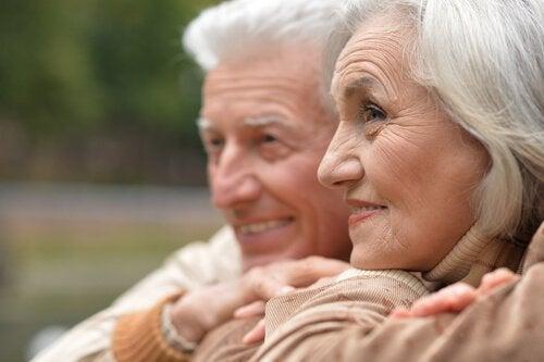 couple de personnages âgées intéressées par la thérapie par réminiscence
