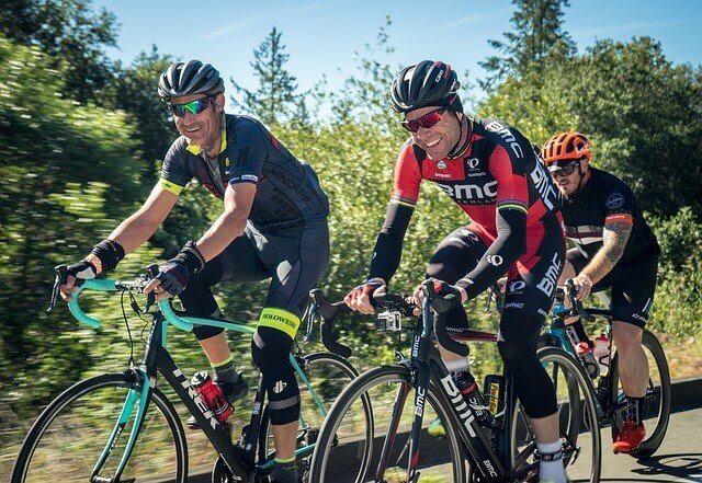 des cyclistes faisant de l'exercice pour préserver leur santé mentale