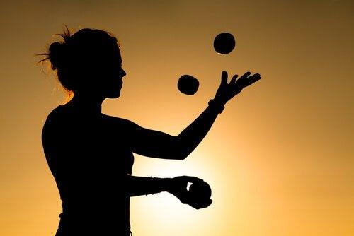 le jonglage fait partie des situations qui changent le cerveau