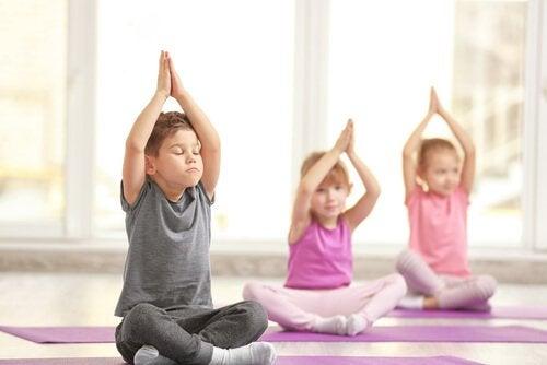 le yoga peut aider les enfants à gérer le stress