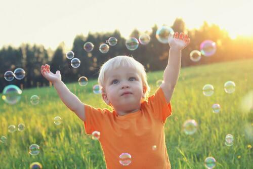 L'apprentissage doit passer par le ressenti Enfant-jouant-bulles-savon