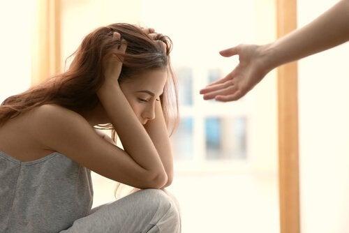 femme triste à cause de l'abandon émotionnel