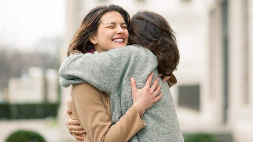 2 femmes qui se prennent dans leur bras
