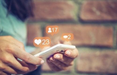 femme et réseaux sociaux