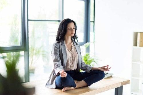femme qui pratique la méditation
