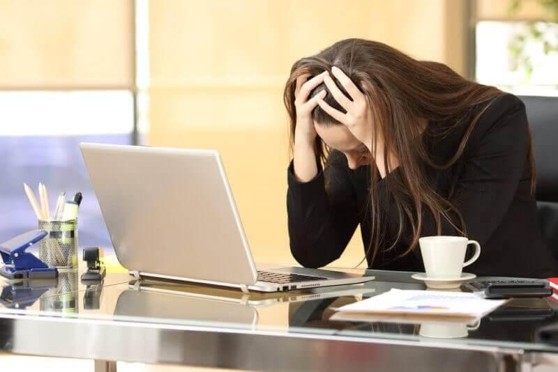 femme ayant du mal à gérer le stress au travail