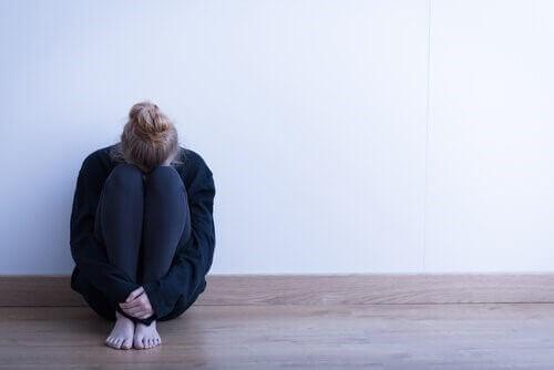 femme souffrant à cause de la jalousie