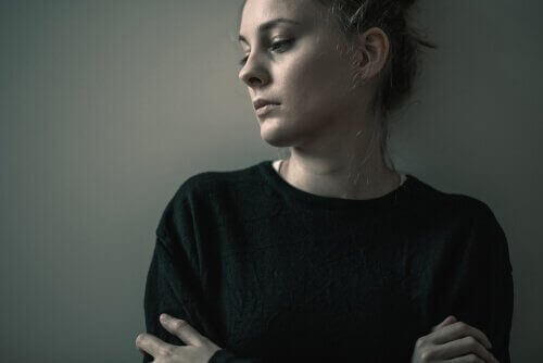 femme triste à cause du vide existentiel