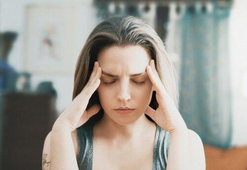femme subissant un chaos émotionnel