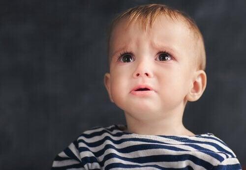 enfant triste à cause d'une dépression anaclitique