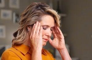 Une femme qui souffre de céphalées cervicogéniques