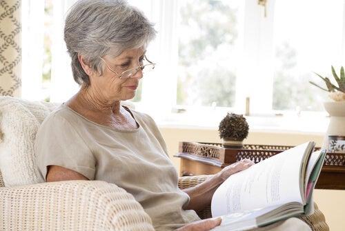 la stimulation cognitive chez une femme âgée