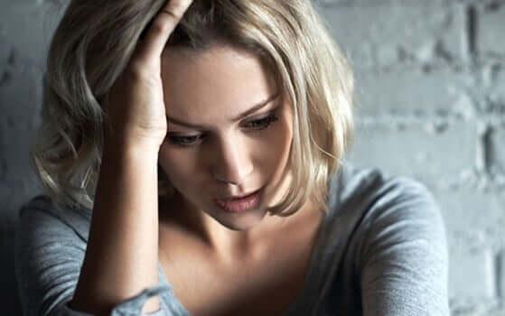 femme ayant des douleurs dans la poitrine