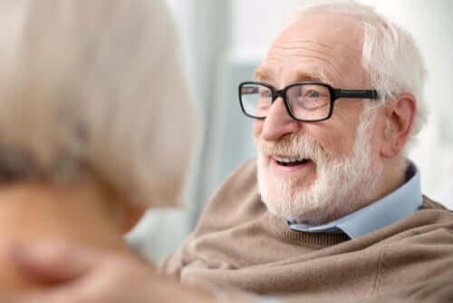 la stimulation cognitive chez un homme âgé