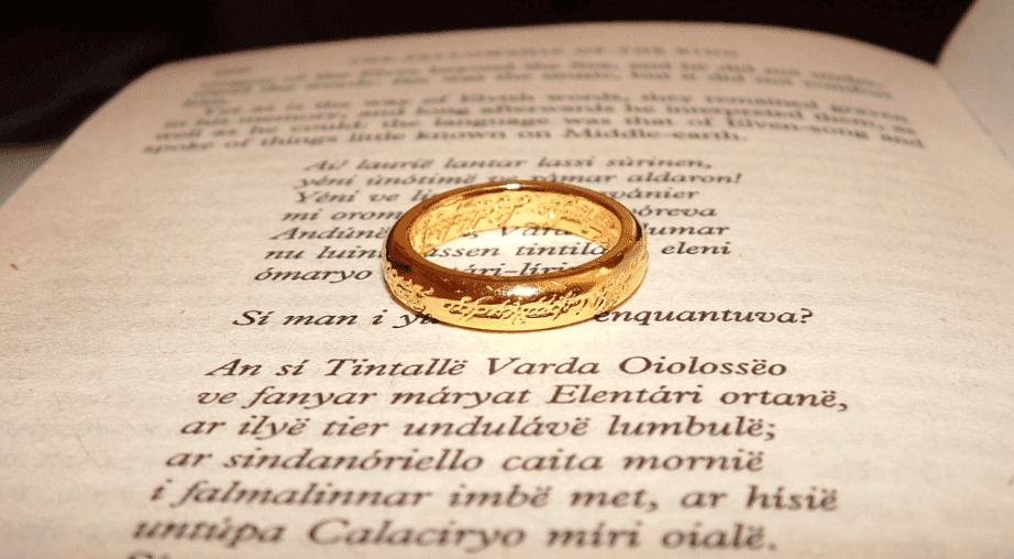 anneau sur livre de Tolkien