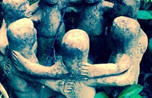 Un cercle de statues en pierre