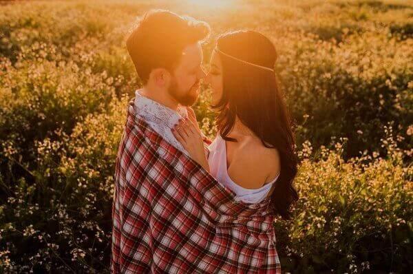 Deux personnes heureuses car elles savent instaurer l'indépendance dans le couple