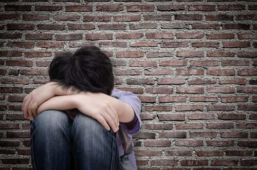 petit garçon ayant été victime d'abus sexuel infantile