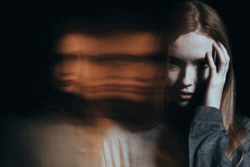 femme en pleine paranoïa