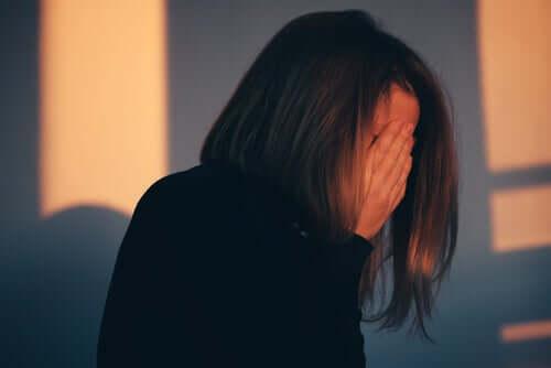 femme qui se cache le visage