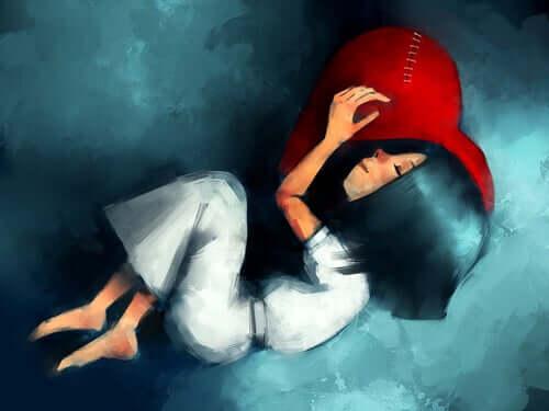 Une femme qui dort sur un coeur