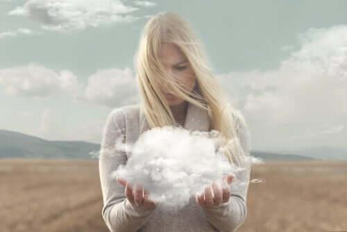 femme qui tient un nuage dans ses mains