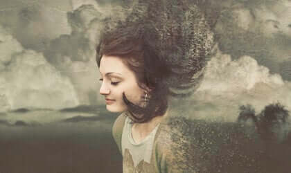 Une femme qui sourit