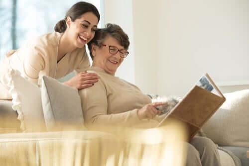 les soignants viennent en aide aux personnes dépendantes