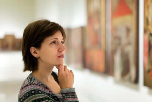 Une femme observe un tableau