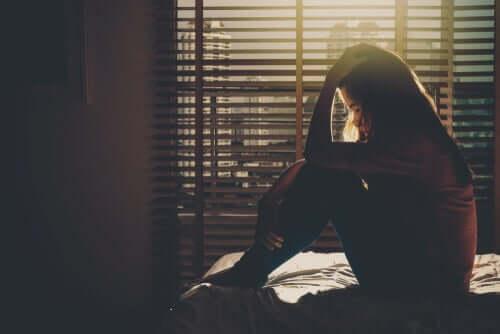 femme triste dans l'obscurité
