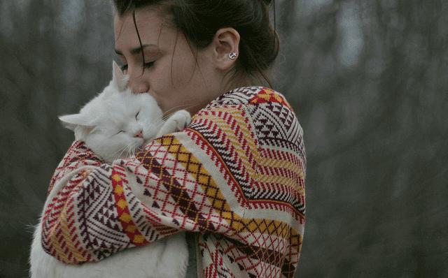 femme ressentant le kama muta envers son chat