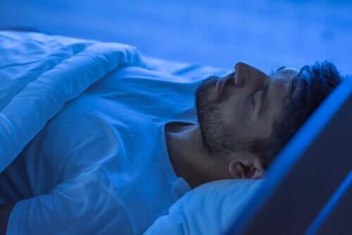 Homme qui dort dans son lit