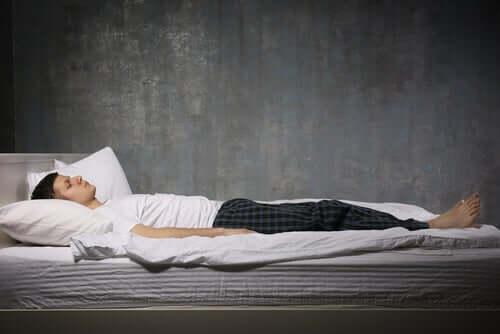 homme souffrant de paralysie du sommeil
